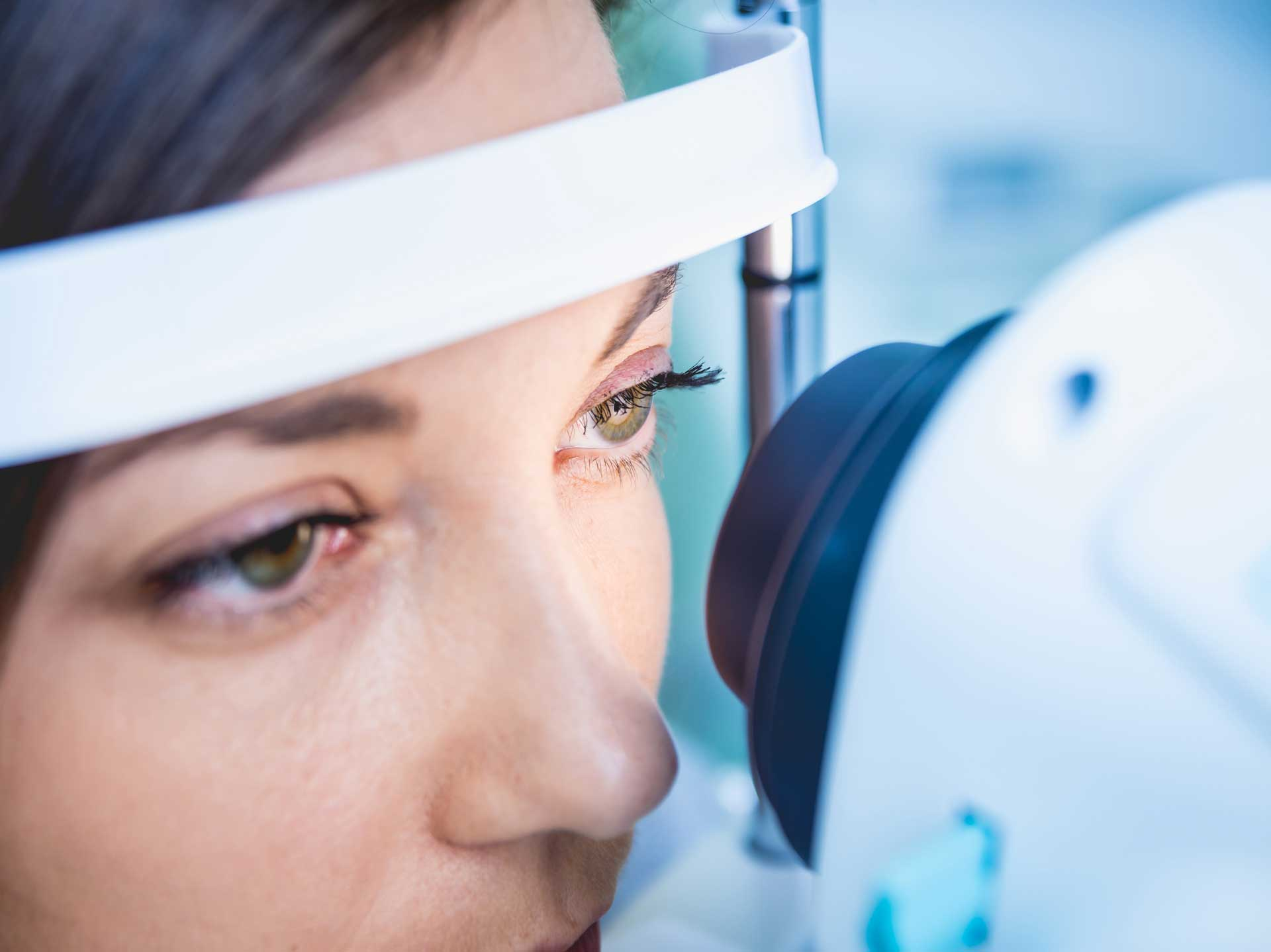 doctor-examining-woman-s-eyes-with-measurement-machine_1920px